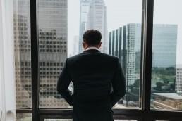 Door het raam staren kan je concentratie verhogen. - The Focus Academy